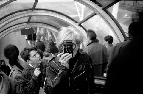 Christopher Makos -  Andy Warhol al Centre Pompidou nel 1986 © Christopher Makos