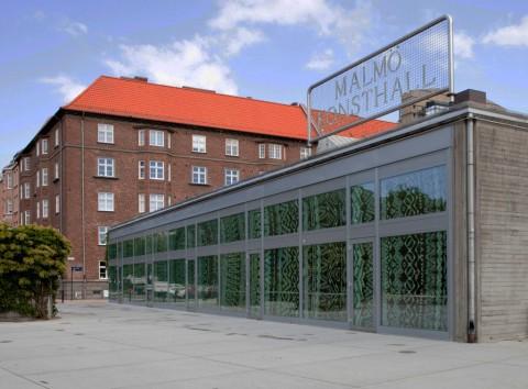 Gli sticker di Grunilla Klingberg sulla facciata della Malmö Konsthall, 2014 Photo: Helene Toresdotter