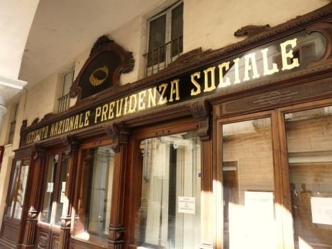 Insegna storica dell'INPS a Nizza Monferrato (foto Wikipedia)