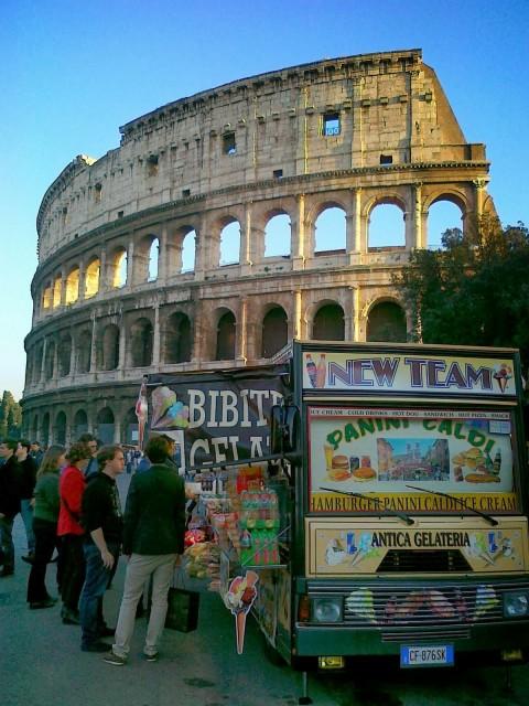 Il Colosseo impallato da un camion bar