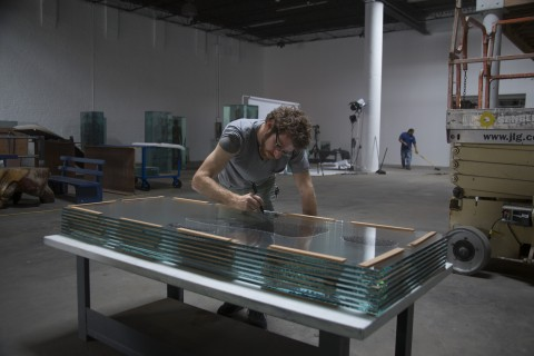 Dustin Yellin nel suo studio