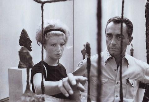 Monica Vitti e Michelangelo Antonioni davanti a un'opera di Alberto Giacometti