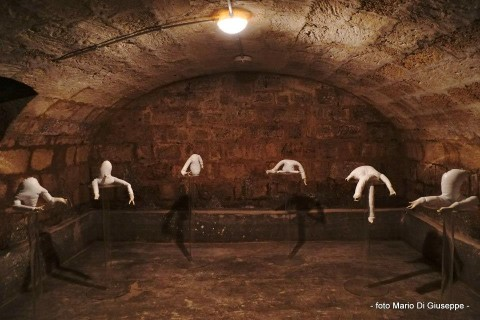 Ezia Mitolo, I Grumi e le mensole (2014)