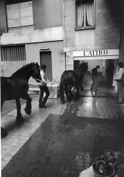 Fabio Sargentini osserva i cavalli di Kounellis davanti L'Attico