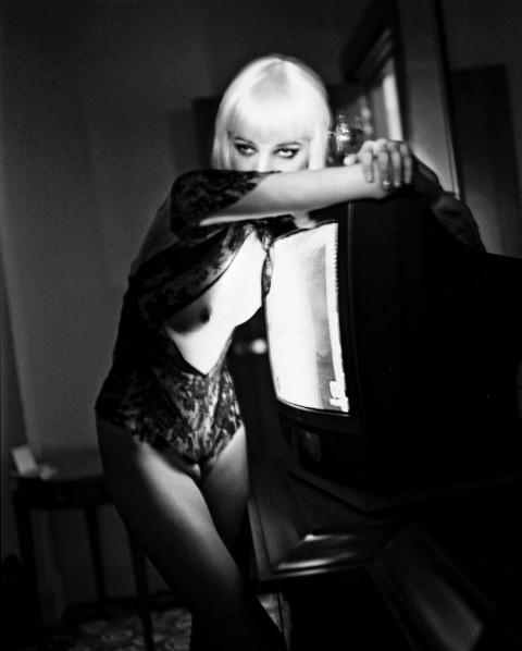 Helmut Newton, Blonde and TV, Hotel Gallia, Milano 2002 © Helmut Newton Estate