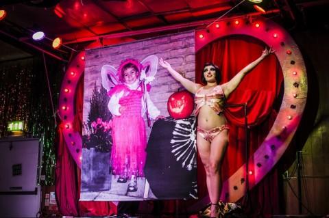 Giulia Tommasi, Cradle of Love, performance per Deep Trash Italia#2, Londra, 2014. Foto Thomas Hensher, courtesy CUNTemporary _ Archivio Queer Italia