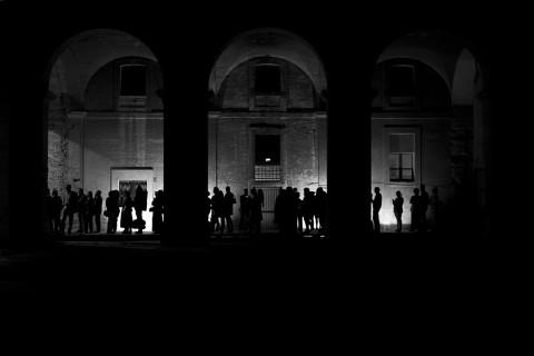 Motus - King Arthur, il pubblico in fila nel chiostro degli Agostiniani, foto di Gianluca Panareo