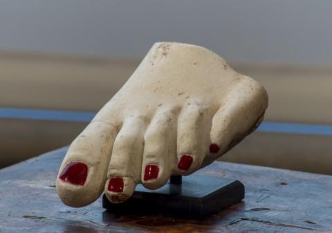 Francesco Vezzoli, Antique Not Antique Pedicure - Vezzoli Primavera-Estate. Museo Bardini, Firenze - photo Alessandro Ciampi - Courtesy Fondazione Pitti Discovery, in occasione di Firenze Hometown of Fashion
