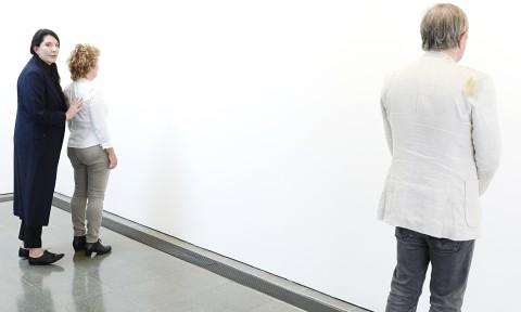 Marina Abramovic mostra agli spettatori come si fissa un muro