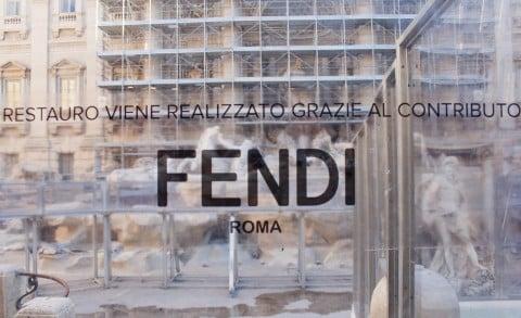 La Fontana di Trevi durante il restauro finanziato da Fendi