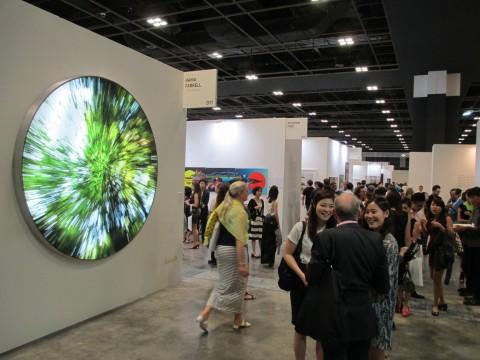 """Inaugurazione e in primo piano l'opera """"Tree of Life"""" di Hania Farrell, 2011, Singapore art fair 2014 (foto Chiara Cecutta)"""
