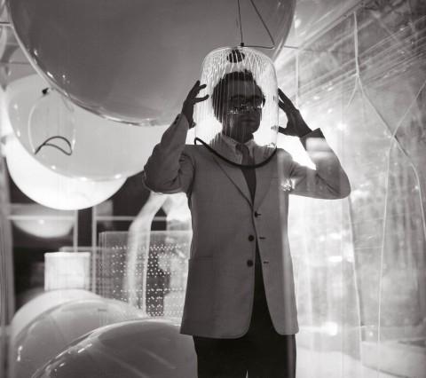 """Ugo La Pietra – Immersione """"Caschi sonori"""". Installazione alla Triennale di Milano (con Paolo Rizzatto), 1968 – Courtesy Archivio Ugo La Pietra"""