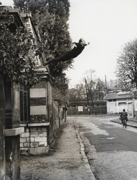 Yves Klein, Le saut dans le vide – performance in Rue Gentil-Bernard, Fontenay-aux-Roses, Parigi, ottobre 1960 - photo Harry Shunk