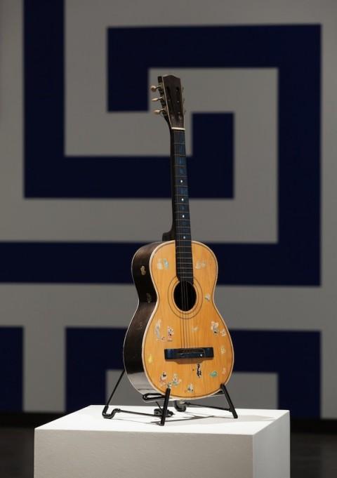 Blue Times – veduta della mostra presso la Kunsthalle Wien, 2014 – in primo piano Prinz Gholam, Guitar; sullo sfondo Liam Gillick, Renovation Filter Lobby