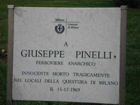 La lapide commemorativa per Giuseppe Pinelli