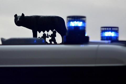 Mafia Capitale, la lupa capitolina vista attraverso le luci di una volante dei Carabinieri