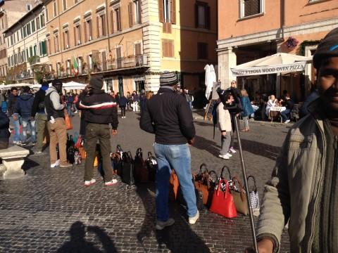 Vucumprà e abusivi in Piazza Navona - sabato 13 dicembre 2014