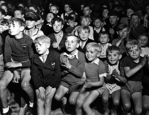 Walter Rosenblaum - Nell'anniversario della presa della Bastiglia ragazzini francesi del villaggio di Mazisy guardano un film offerto dalle truppe speciali americane.