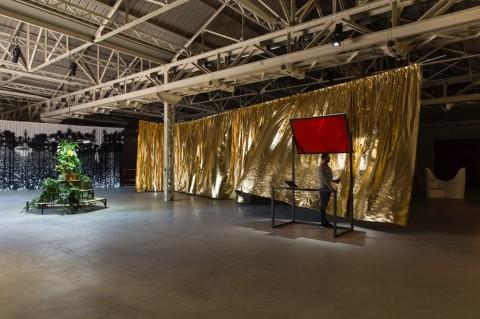 Céline Condorelli - bau bau - veduta della mostra presso HangarBicocca, Milano, 2014 - photo Agostino Osio - courtesy Fondazione HangarBicocca, Milano - 1