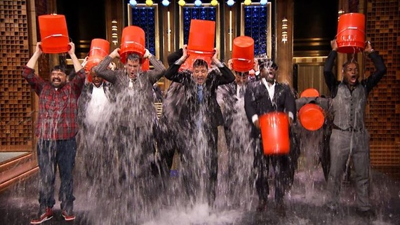 Jimmy Fallon al The Tonight Show pratica performa l'Ice Bucket Challenge
