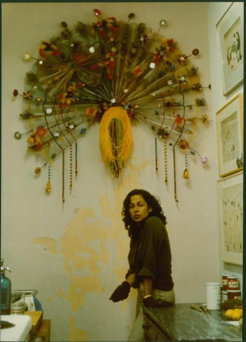 Lynda Benglis con uno dei lavori delle Peacock series, India, 1979 - Courtesy the artist and Cheim & Read, New York