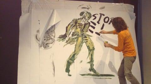 Maurizio Zanolli dipinge dal vivo una scenografia