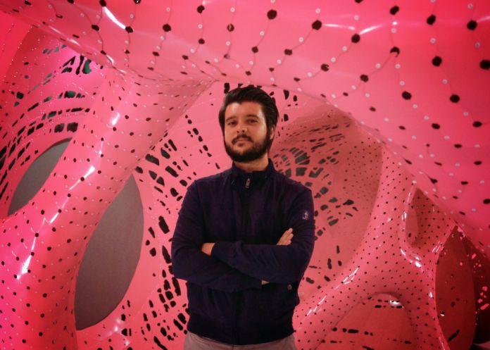 Alessandro Facente (alle spalle Marc Fornes and Jana Winderen's Situation NY - Storefront for Art and Architecture)