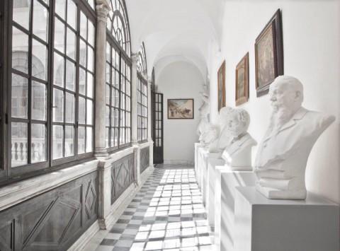 Corridoio di Loggiato del piano nobile. Busti degli Uomini illustri. Foto Robert Pettena