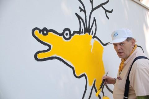 Johann Garber mentre dipinge un cervo - Courtesy Privatstiftung-Künstler aus Gugging