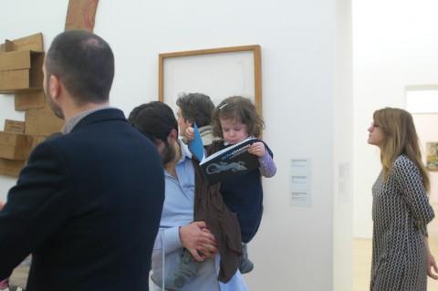 Museo Madre - FamigliaMadre#2 - bambina legge catalogo