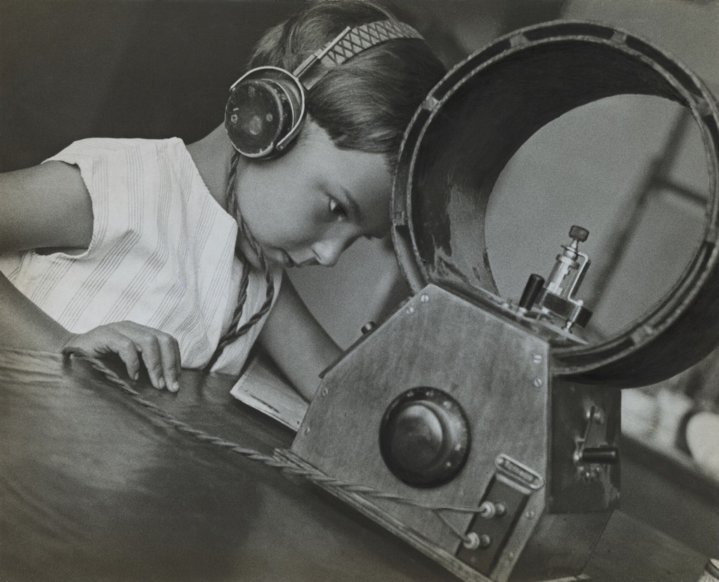 Alexander Rodchenko, Radio-listener, 1929 - Collection of Moscow House of Photography Museum - © A. Rodchenko – V. Stepanova Archive