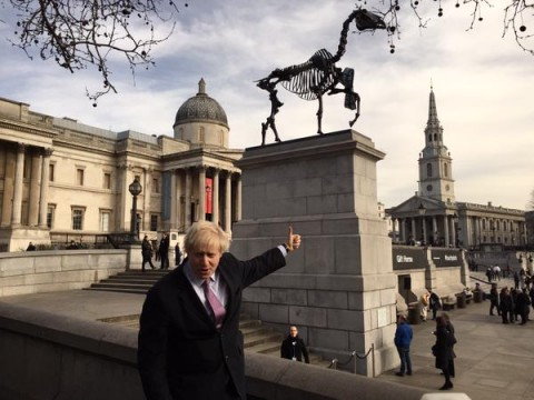 Il sindaco di Londra, Boris Johnson, indica la statua di Hans Haacke in Trafalgar Square