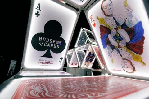 OGE Group (installazione) e Nanà Dalla Porta (illustrazioni), House of Cards, 2015, Milano. Installazione ispirata alla terza stagione della serie televisiva statunitense