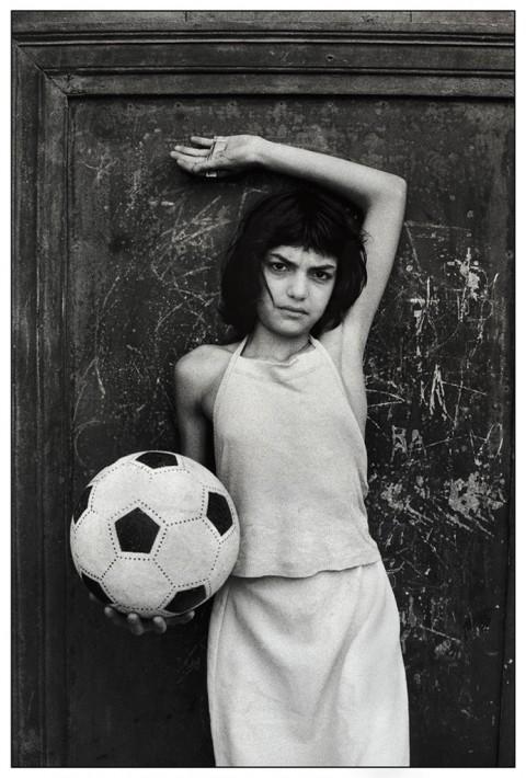 Letizia Battaglia, Palermo, 1980. Quartiere La Cala La bambina con il pallone