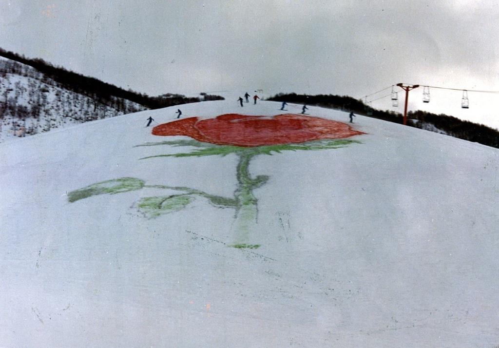 Gruppo AURA, Una rosa sulla neve, performance ambientale, 1° febbraio 1976, Campo Felice di Lucoli, foto Vincenzo Battista