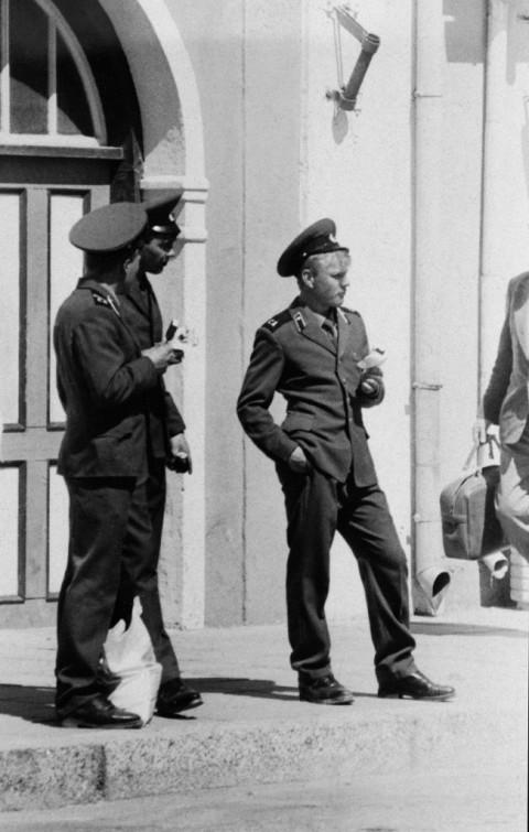 Jaanus Samma, Soviet soldiers on the street, 1989 - 2015 - EFA (Estonian Film Archives) - courtesy Jaanus Samma