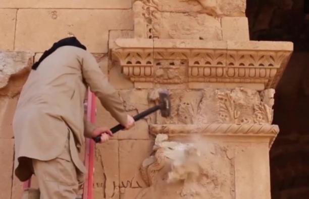 L'aggressione dell'Isis al sito iracheno di Hatra, still da video