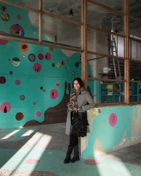 MAAM - Ludoteca. Ritratto dell'artista Veronica Montanino di fronte al suo blob, La stanza dei giochi - photo Giuliano Ottaviani