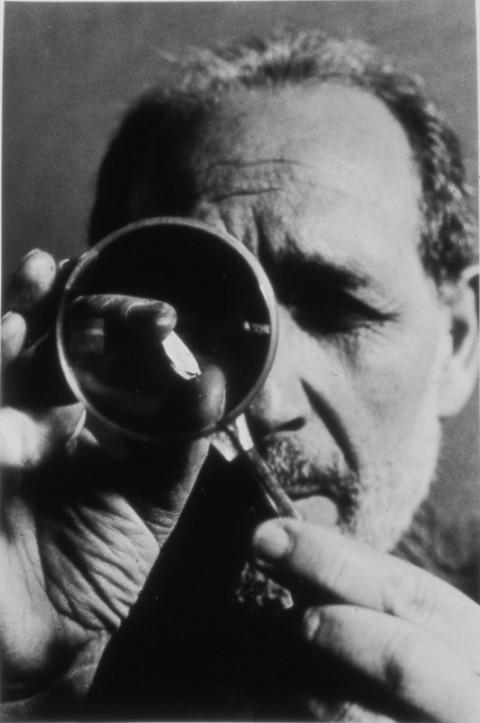 Emilio Isgrò fotografato da Ferdinando Scianna, nel 1998