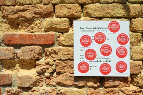 Adesivi di protesta vicino all'ingresso del Guggenheim - photo Alessandro Zorzetto