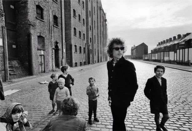 Bob Dylan, Kids on street, Liverpool, 1966 Bob Dylan, Fans looking in limo, London, 1966 - © Barry Feinstein Photography