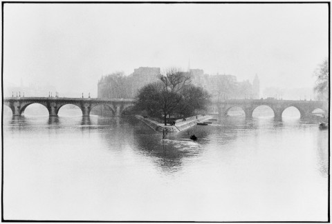 Henri Cartier-Bresson, Ile de la Cité, Parigi, 1952 © Henri Cartier-Bresson - Magnum Photos - Contrasto
