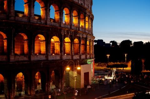 Il Colosseo illuminato di notte