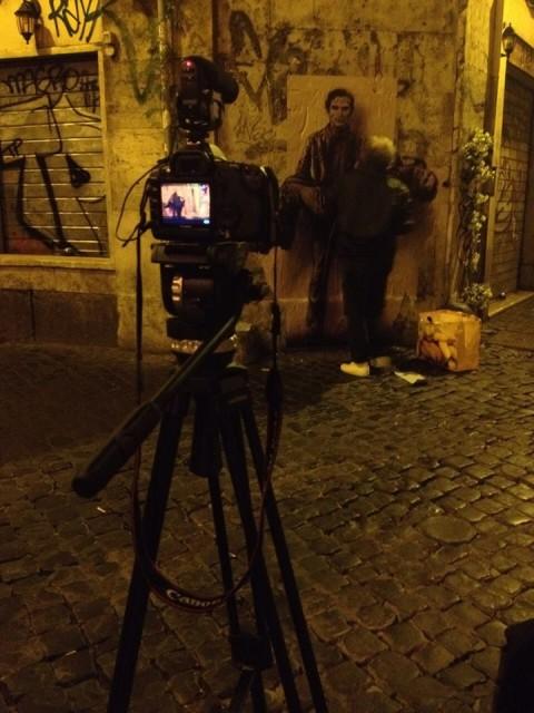 Il collettivo Sikozel mentre riprende Pignon a lavoro, a Roma - foto Facebook, pagina ufficile Sikozel