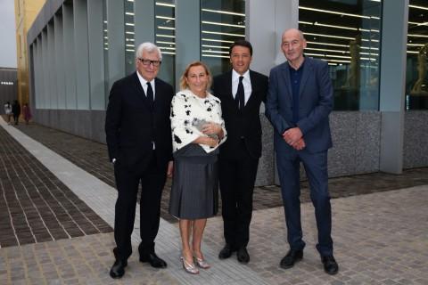 Patrizio Bertelli, Miuccia Prada, Matteo Renzi e Rem Koolhaas alla Fondazione Prada (foto Vittorio Zunino Celotto - Getty Images per Fondazione Prada)
