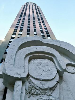 Thomas Houseago sotto il Rockefeller Center