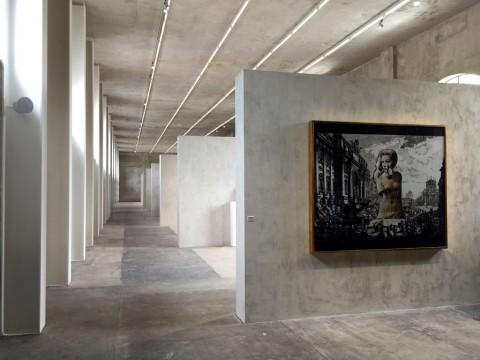 Veduta della mostra alla Fondazione Prada di Milano - Francesco Vezzoli, Senza titolo (La Dolce vita. In scena René Magritte), 2008