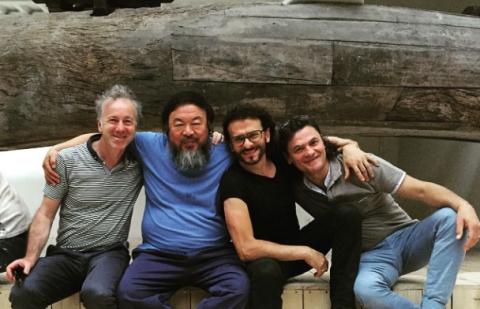 Ai Weiwei con i galleristi della Galleria Continua