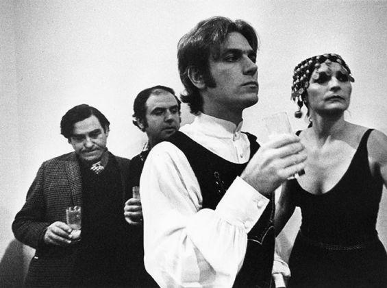 Da destra il barone Giorgio Franchetti, Tano Festa, Fabio Sargentini e Anna Paparatti alla Galleria L'Attico, Roma 1972. Foto di Claudio Abate