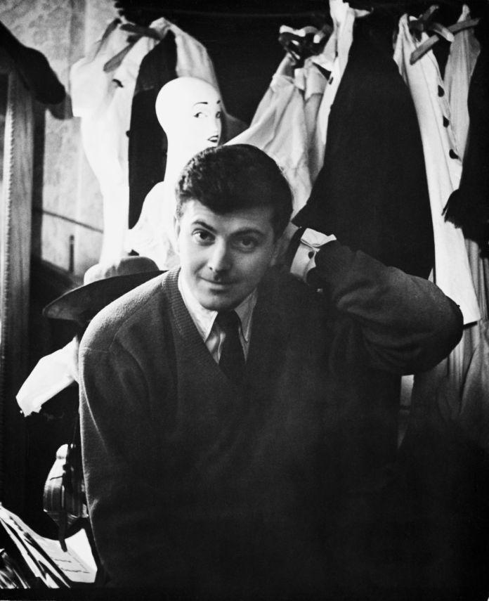 Hubert de Givenchy nel suo laboratorio a Parigi, nel 1955
